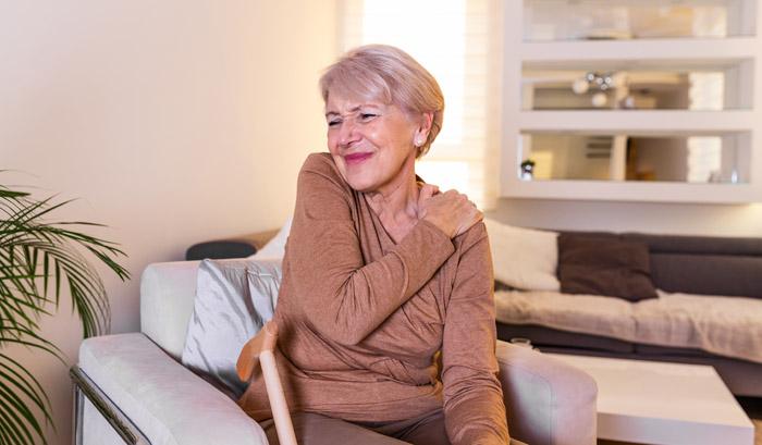 elderly woman experiencing shoulder pain